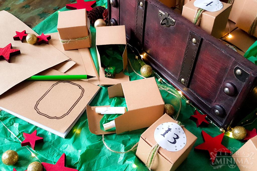 Vorschau auf den Adventskalender #HeldenAdvent2020 - kleine Boxen in einer Schatzrtruhe